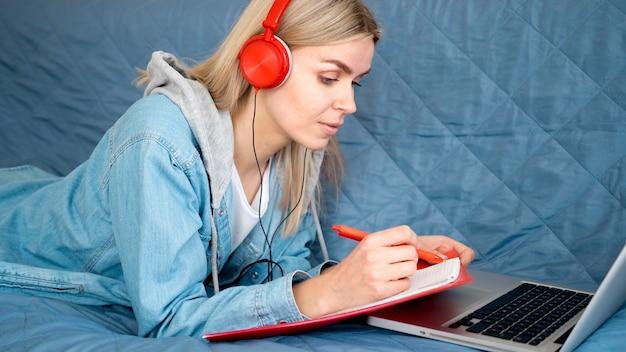 ソファに座ってオンラインリモートコースの学生
