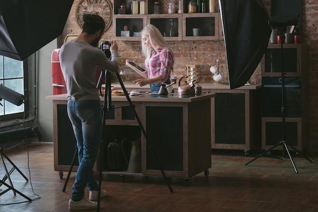 온라인 레스토랑 레시피. 태블릿을 가진 여자입니다. 요리 취미. 요리 팟 캐스트 촬영. 백 스테이지 사진.