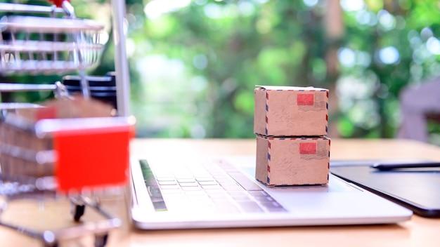 オンラインショッピングと宅配のコンセプト。仕事の家のためにロックダウンと自己検疫。 covid-19によるsmeビジネスとeコマース効果。