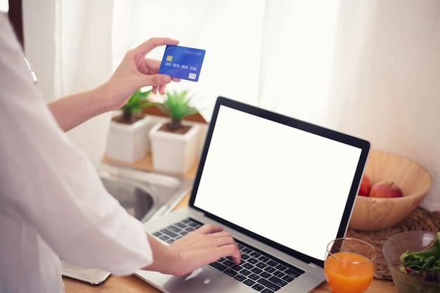 노트북으로 온라인 웹 사이트의 온라인 쇼핑 개념