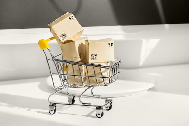 온라인 쇼핑 개념. 많은 종이 상자가있는 작은 장바구니