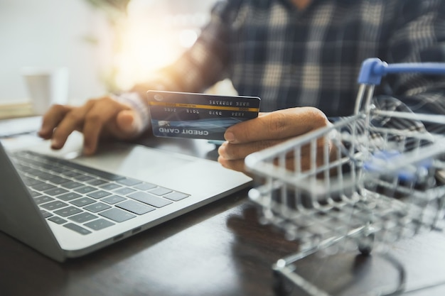 クレジットカードでのオンラインショッピングのコンセプト