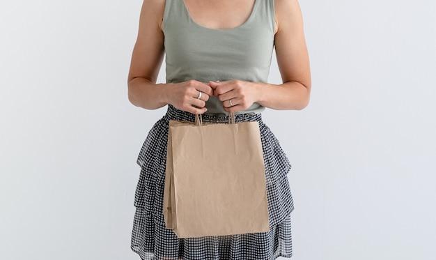 オンラインショッピングのコンセプト。環境にやさしい買い物袋を持っている若い女性