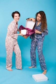 オンラインショッピング、配送、ファッションのコンセプト-オンライン衣料品の購入を開始する女性。