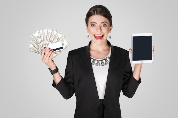 많은 현금 달러를 보여주는 온라인 쇼핑 재미 있는 여자