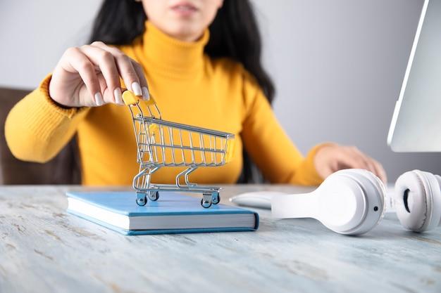 온라인 쇼핑. 컴퓨터와 바구니를 들고 행복 한 여자
