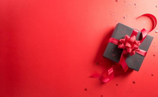 중국 1111 싱글 데이 판매 개념의 온라인 쇼핑 별이 있는 검은 선물 상자의 상위 뷰