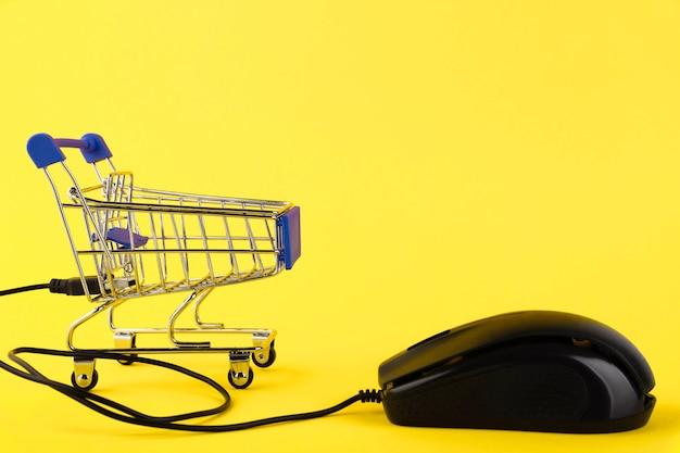 Интернет-магазины, онлайн-концепция с компьютерной мышью и корзиной. скопируйте пространство.