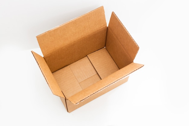 Интернет-магазины, открывая коробку на белом фоне с копией пространства