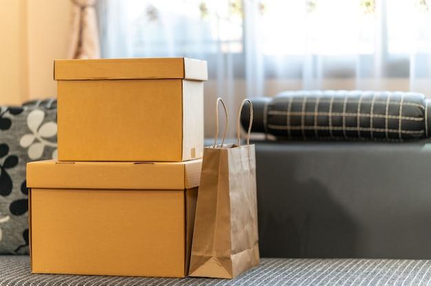 온라인 쇼핑 포장 개념, 판지 소포 상자 및 제품의 종이 봉지