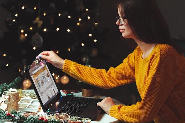Интернет-магазины молодая женщина с ноутбуком