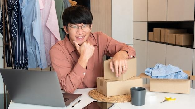 매장에서 일하는 온라인 소규모 기업가 상인들은 고객, 스타트업 및 온라인 비즈니스 개념에 제품을 제공하기 위해 제품을 준비합니다.