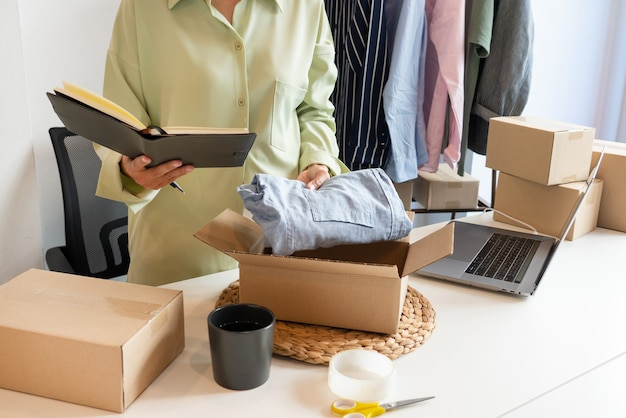 고객에게 제공 할 제품을 준비하는 상점에서 일하는 온라인 중소기업 기업가 상인