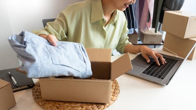 제품을 준비하는 매장에서 일하는 온라인 소기업 기업가 상인