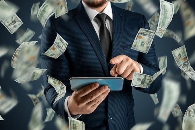 オンラインスポーツ賭博。スーツを着た男性がスマートフォンを持っていて、ドルが空から落ちています。創造的な背景、ギャンブル。