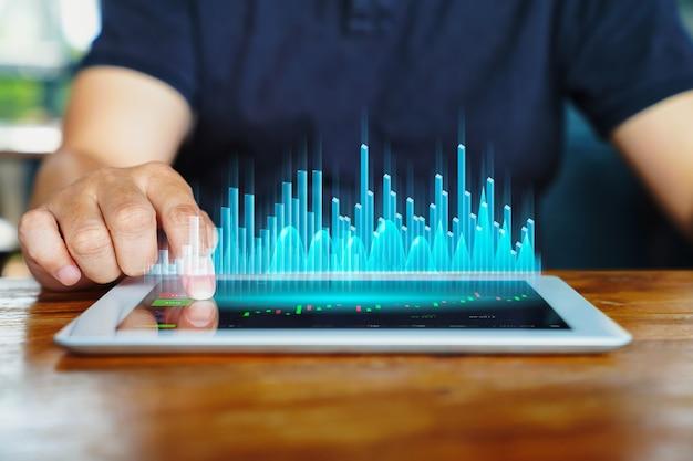 온라인 주식 거래 개념 forex investor는 태블릿 수표 계정 대시보드를 사용하고 미래형 그래프 상승 화면으로 투자를 구매하기 위해 온라인 시장에서 주식 가격을 분석합니다.