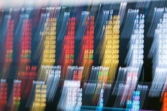 背景としてのモーションブラー効果を持つオンライン証券取引画面