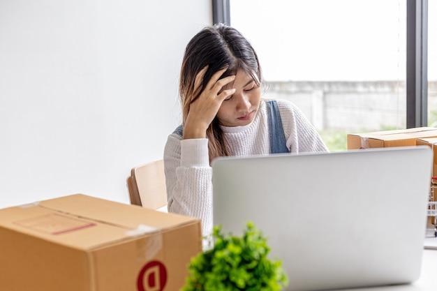 オンラインストアの所有者は、商品の売り上げが落ちた後、ストレスを感じています。商品を販売するには、売り上げを失うことなく販売する方法を見つけるためのマーケティング計画が必要です。販売管理の概念。