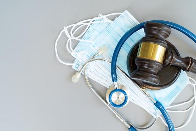 オンライン遠隔医療の概念、聴診器、最新の電話を備えたpcキーボード、医療アプリのモックアップ
