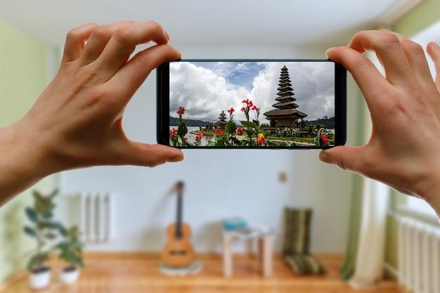 집에서 휴대폰으로 발리 섬으로 온라인 여행.