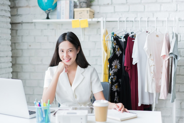 Online women sellers are selling clothes. via the social network in her home