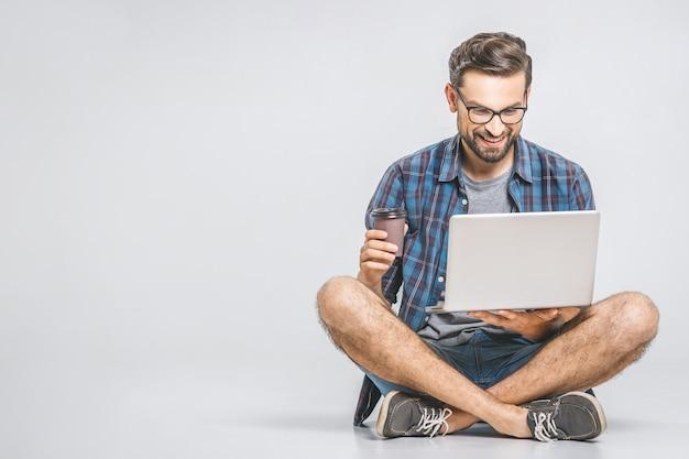 Интернет рабочая концепция. вскользь бизнесмен расслабленный работая и просматривая интернет на портативном компьютере с кофе. независимый сидя и набрав на клавиатуре ноутбука в офисе дома.