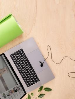 나무 바닥 평면도에 요가 매트와 온라인 요가 연습 또는 가정 훈련 스포츠 개념 상위 뷰 노트북