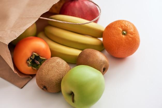 新鮮な食材のみ。孤立した店や市場からの新鮮な果物のクローズアップ