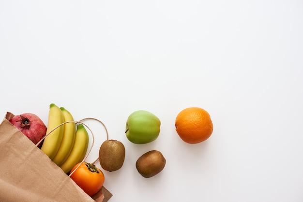 新鮮な食材のみ。店や市場からの新鮮な果物が散らばって孤立している