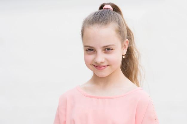 내 마음에 재미 만 소녀 평온한 아이 아이 긴 머리를 즐길 산책 화창한 날 여름 방학