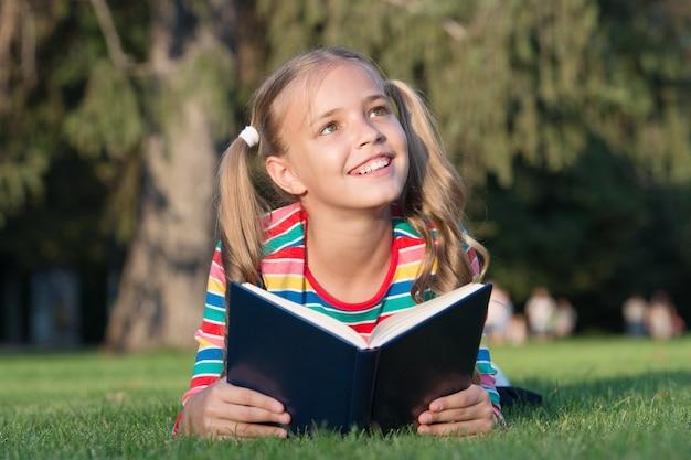 Только самые лучшие знания очаровательный маленький ребенок получает чтение книги для знаний день знаний