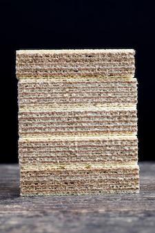 小麦粉とチョコレートで作られたワッフルのみ、工場で作られた食品をクローズアップ