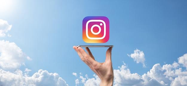 우크라이나 오녹 - 2021년 7월 14일:사업가는 instagram 아이콘을 손에 들고 클릭합니다.소셜 네트워크.글로벌 네트워크 및 데이터 고객 연결.국제 네트워크.