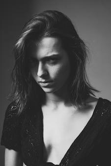 유혹, 불신. 아름 다운 젊은 매력적인 여자. 확대. 아름 다운 젊은 갈색 머리 여자의 야외 라이프 스타일 초상화