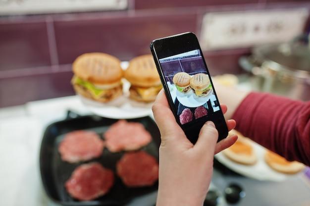 ¡готовить котлеты на кухне дома во время карантина. делаем фото на мобильный телефон.