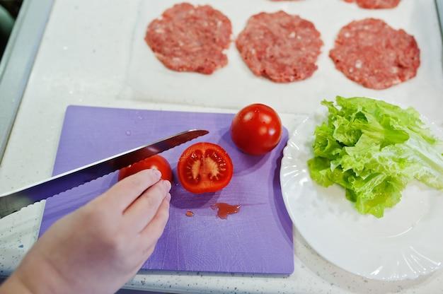 ¡готовить котлеты на кухне дома во время карантина.
