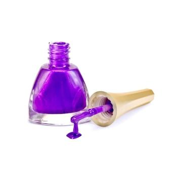 Откройте бутылку сиреневого лака для ногтей, крышку с кистью и каплю, изолированные на белом фоне