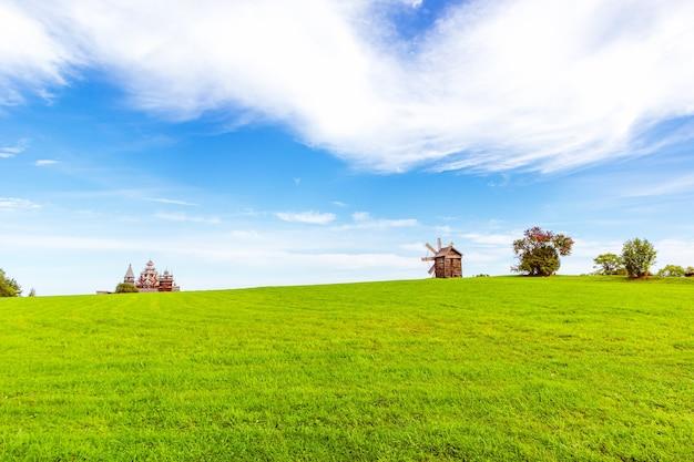 야외 박물관 kizhi. 목조 건축 기념물: 교회와 풍차. 러시아 카렐리야 키지 섬.