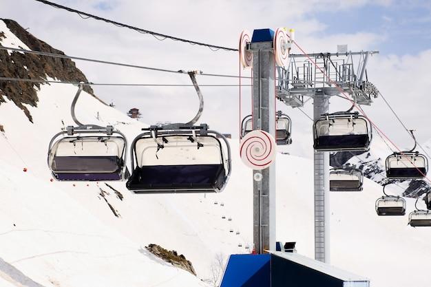 アルペンスキーのために山の頂上に行く屋外スキーリフト