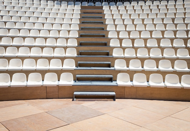 自然光が差し込む野外劇場。プラスチックシート列