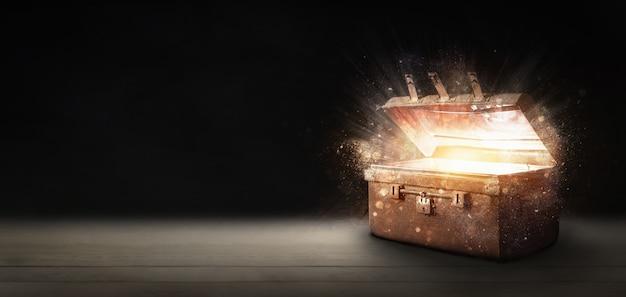 Откройте древний сундук с сокровищами, излучающий свет в темноте.