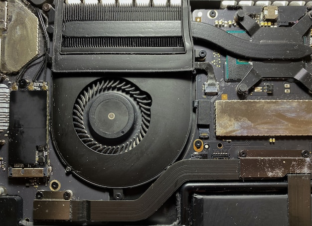 Откройте заднюю крышку ноутбука для ремонта и чистки