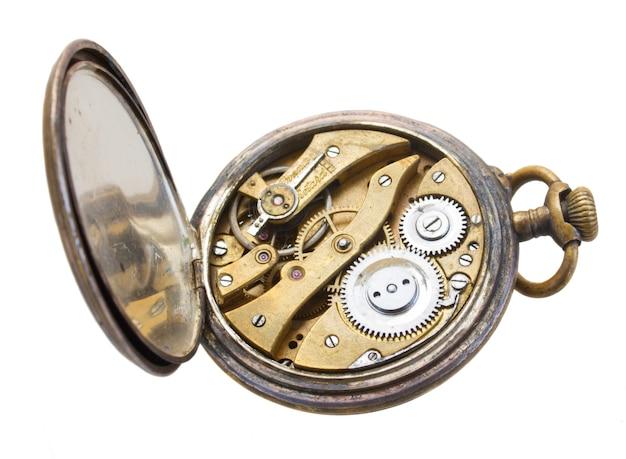 배경에 고립 된 황동 빈티지 시계의 뒷면을 엽니 다