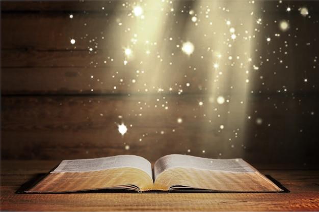 오픈 성경과 검은 배경