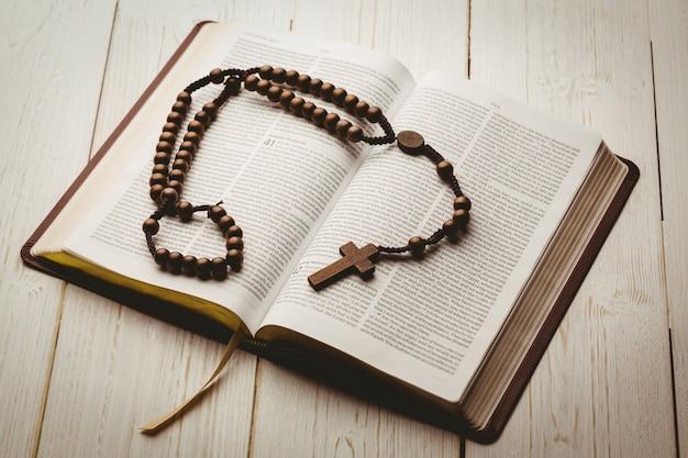 오픈 성경 및 나무 묵주