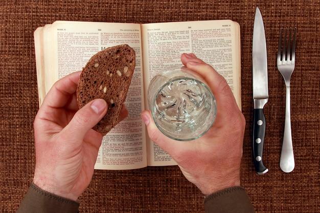 聖書の霊的な食べ物と飲み物を開く