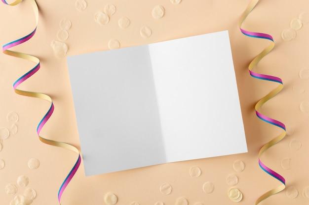 リボン付きの2つ折りパンフレットのコピースペースを開く