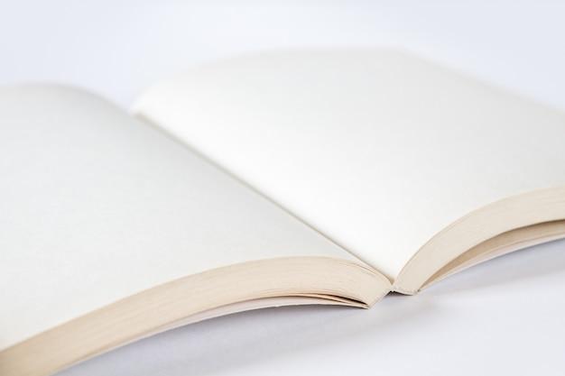 空白の本のモックアップを開く