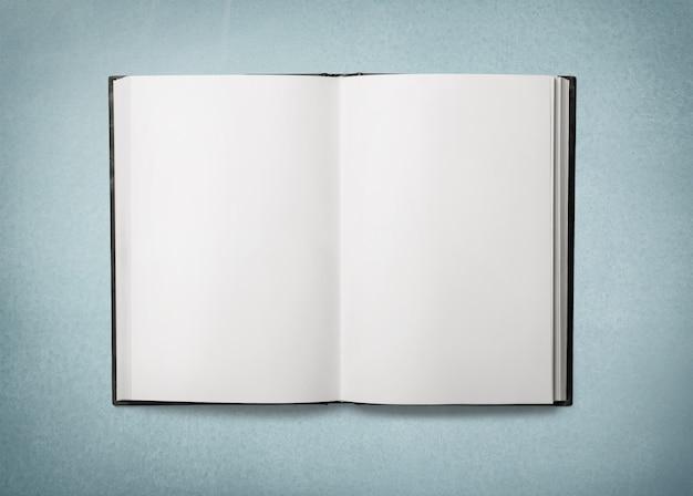 背景に空白の本を開く