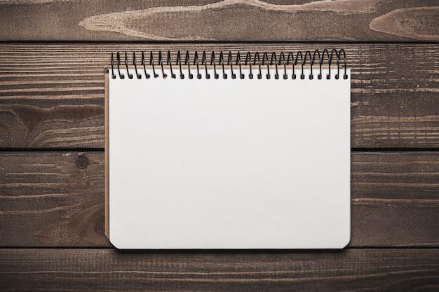 Откройте пустой блокнот с белой бумагой на фоне